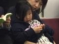 niña en el tren