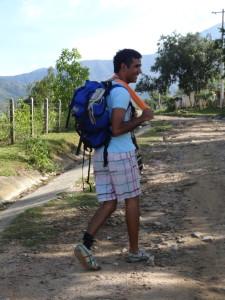 Tico subiendo caminando a Nabusimake, Pueblo Bello, Cesar, Colombia