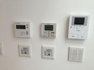 Y así se maneja una casa japonesa. Con paneles de control, que no tengo la menor idea que hacen (Asumo que uno para la temperatura, pero los otros dos? NPI)