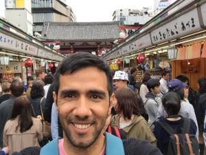 Aquí estoy en la mitad de un mercado en Tokyo